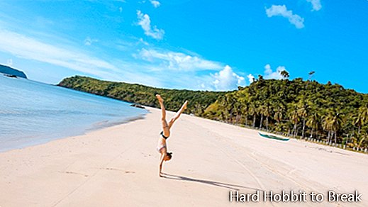 woman-doing-the-handstand-on-the-beach
